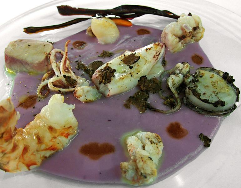 Specchio di patata viola con spadellata di crostacei e molluschi